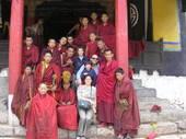 I monaci tibetani posano all'ingresso del tempio con Simona, Florio e i figli Giacomo e Ludovica