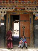Florio e Ludovica al portale d'ingresso del tempio tibetano