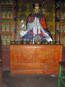 Credenza tibetana bicromatica nella stanza delle statue