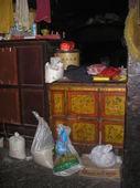Credenza tibetana con decoro floreale nella cella del monaco