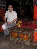 Florio e un tavolino da preghiera tibetano
