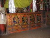 Grande credenza tibetana nella stanza delle divinità protettrici