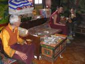 I monaci contano le offerte sul tavolino da preghiera