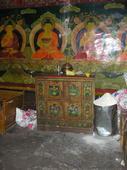Credenza tibetana sul muro affrescato del tempio