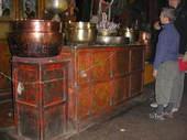 Simona spiega a Giacomo i simboli tibetani