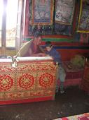 Giacomo guarda il libro di preghiere del monaco tibetano