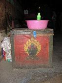 Splendido baule tibetano... e orrendo catino rosa nella cella del monaco