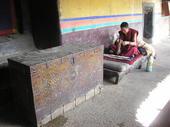 Grande baule tibetano sotto il portico del tempio