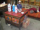 Giacomo beve il thè al grande tavolo tibetano