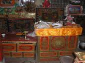Mobili tibetani nel tempio e offerte dei fedeli