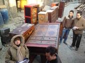 Simona sta scegliendo i mobili tibetani appena scaricati nel cortile