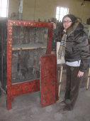 Simona valuta il restauro dell'armadio
