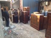 Simona verifica la lista dei mobili tibetani appena acquistati