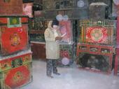 Simona annota le casse Mongolia che ha appena selezionato