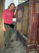 Walter valuta lo stato di conservazione di quest'armadio