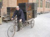 Florio sta pedalando con i suoi bauli dell'opera di Pechino!