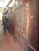 Simona nel corridoio di armadi dello Zhejiang