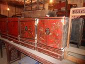 Coppia di mobiletti cinesi in lacca rossa decorata