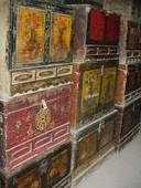 Antichi bauli ordinatamente disposti dal rigattiere cinese