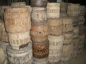 Da questi antichi mozzi di ruote da carro, abbiamo ricavato intriganti complementi d'arredo etnico!