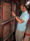 Florio guarda gli ideogrammi cinesi di questo prezioso armadio del Fujan