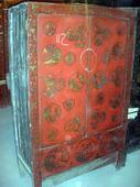 Questo armadio ha il fronte intatto con una splendida lacca rossa decorata, chissà l'interno....