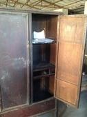 Anche l'interno di questo armadio in olmo è molto ben conservato!