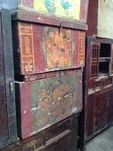 Bauli cinesi policromi con figure da restaurare