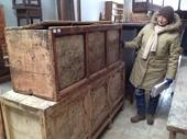 Simona è soddisfatta; dopo il restauro queste cassapanche ritroveranno la loro bellezza!