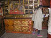 Credenza tibetana nella biblioteca del tempio