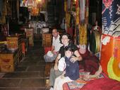 Simona, Florio e Ludovica nella sala da preghiera del tempio tibetano