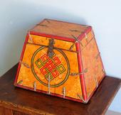 Bauletto Tibetano Dalla Caratteristica Forma A Tronco Di Piramide